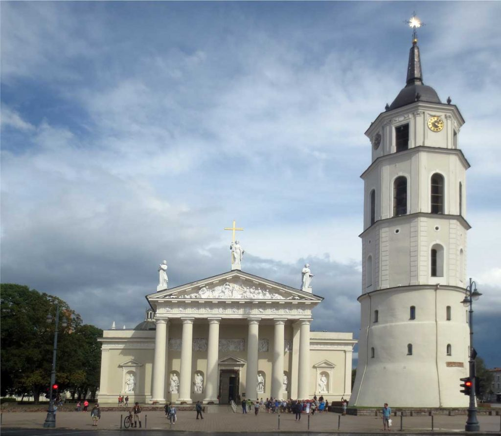vilnius-enjoy-attractions-cathedral-basilica-and-bell-tower-photo-leif-almo